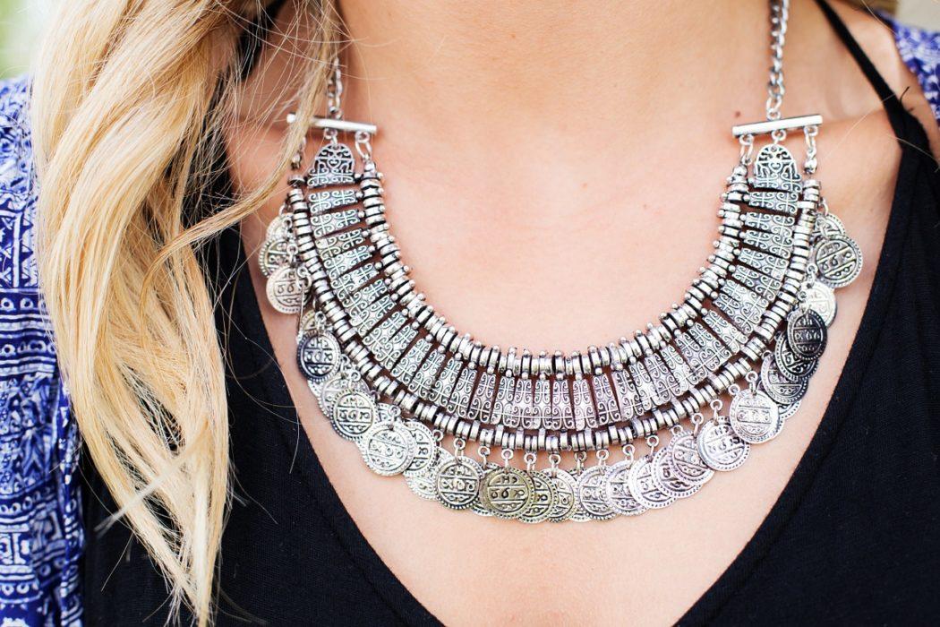 femme avec beau collier