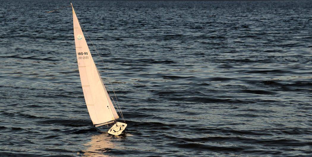 faire fonctionner les voiles d'un bateau