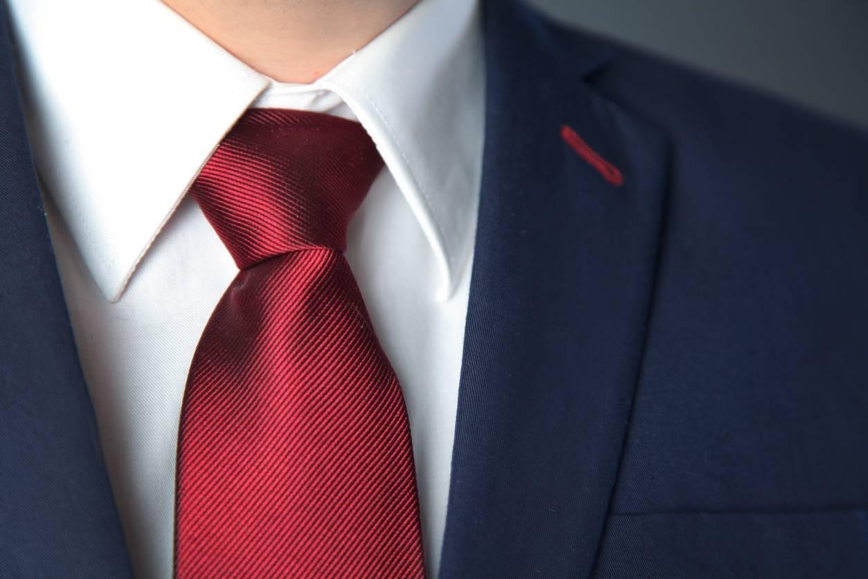 cravate colorée rouge